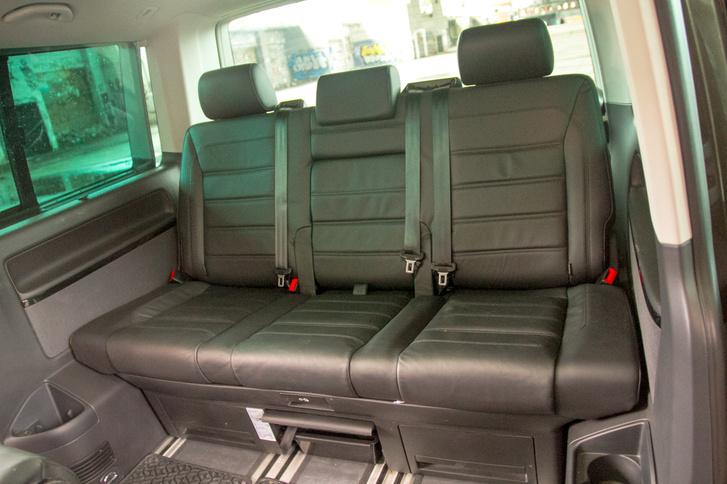 Három felnőttnek már nem a kényelem csúcsa, de kétfős üzemmódban a hátsó sornál nincs jobb a Multivanben