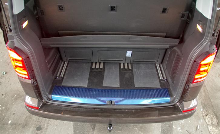 Gyakorlatilag teljesen száműzhető a csomagtér, de a sínekkel gyerekjáték az igényre szabás. A pár centi híján ötméteres Multivan azért nem a pakolhatóság csúcsa, ha rendesen beülik az üléseit, de a képen látott csomagtér mellett még bőven marad hely a lábaknak