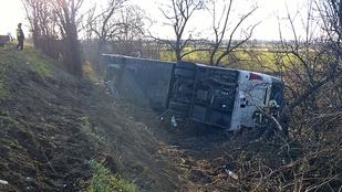 Árokba hajtott egy busz az M3-ason