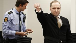Karlendítéssel köszönt a tárgyalásán Breivik