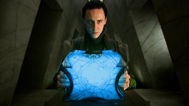 Tom Hiddleston fekete hajjal mint Loki a Thorban