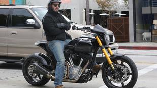 Keanu Reeves most éppen egy motoron ülve töri össze a nők szívét