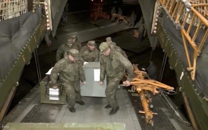 Orosz katonák lõszert pakolnak egy teherszállító repülõgépre szíriai Latakia melletti Hmejmim légi támaszponton.
