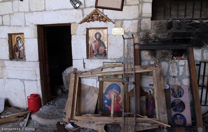 Keresztény templom romjai Damaszkusz egyik külső kerületében, ahonnan a harcok miatt kivonultak a felkelők.