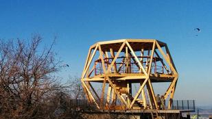 Mindjárt kész a kilátó a Hármashatár-hegyen