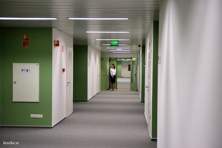 A központ irodai részleg, szőnyegpadlóval, klimatizált, kívülről is vezérelhető fűtéssel, hűtéssel, világítással.