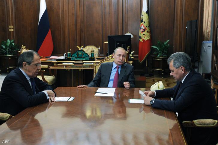 Vlagyimir Putyin, Szergej Sojgu védelmi miniszter és Szergej Lavrov külügyminiszter egyeztetése az orosz csapatok kivonásáról Moszkvában, 2016. március 15-én.