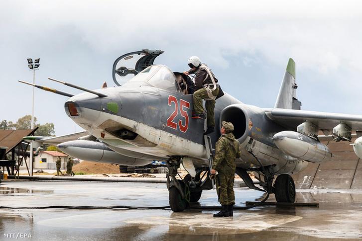 Az orosz védelmi minisztérium honlapja által közreadott képen egy hazainduló orosz vadászpilóta beszáll egy orosz Szu-35-ös vadászbombázóba mielõtt elhagyja a szíriai Latakia melletti Hmejmim légi támaszpontot 2016. március 16-án.