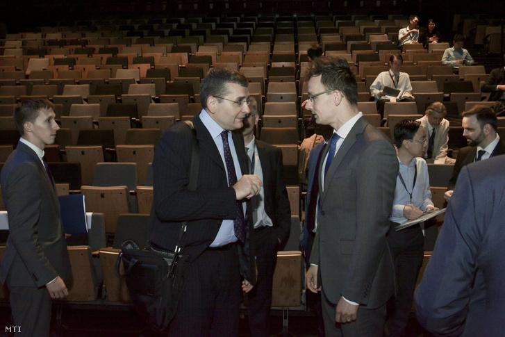 Kóka János a Cellum elnök-vezérigazgatója és Szijjártó Péter külgazdasági és külügyminiszter (középen b-j) a Szingapúri Magyar Kereskedőház üzletember találkozóján Szingapúrban 2015. május 27-én.