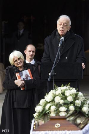 Almási Éva Psota Irén temetésén