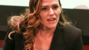 Jennifer Garner szokatlanul mély dekoltázzsal vágott pofákat
