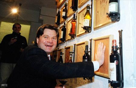 Vincze Béla a 2005. Év Bortermelője, kéznyomot hagy az Év Bortermelői falán a Magyar Borok Házában