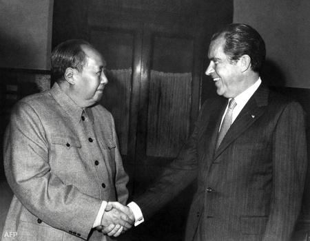 1972. Nixon lekezel Mao Ce-tunggal, az első hivatalos látogatáson Pekingben
