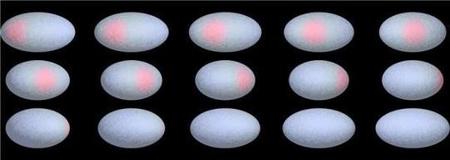 A gyorsan forgó Haumea törpebolygó felszínéről a forgás különböző fázisaiban készített fantáziarajzok a sötét, vörös folttal. A törpebolygó alakja a nagyon rövid rotációs periódus miatt erősen elnyúlt. [Europlanet Media Centre]
