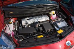 Leltár: 1 db 1,8-as Atkinson-benzinmotor, 98 LE; 1 db motor-generátor reduktorral, 60 kW; 1 db motor-generátor, 42 kW. Mivel köztük rafinált áttételek vannak, az összteljesítmény maximuma 136 LE