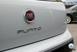 A T-betű pöttye jelzi a motorvariánst. Ha piros, akkor erős T-Jet, ha zöld, akkor CNG vagy LPG, minden többi fekete
