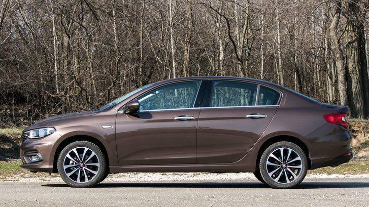 Ha az ember nagyon akarja, beleláthat egy kis BMW-t, bár ahhoz túl bumfordiak az arányai