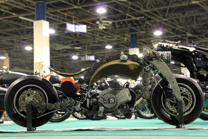 Az egész motorka olyan kicsi,hogy egy A4-es lap a felét eltakarja. Ennél klasszabb pitbike-ot még nem láttam, minden csavarja remekmű. És ezt a koncepciót nem is érdemes sokkal nagyobban megcsinálni, ez így üt