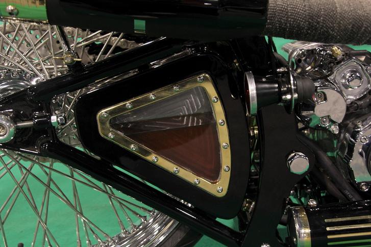 Sapka a részeletek nagy mestere: a régi klaxon-kürt formát idéző hátsó lámpatest a lengővillába épített (egyik) olajtartály megvilágításával kelt haggulatfényeket