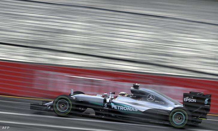 Lewis Hamilton a második tréningen Melbourne-ben, 2016. március 18-án.