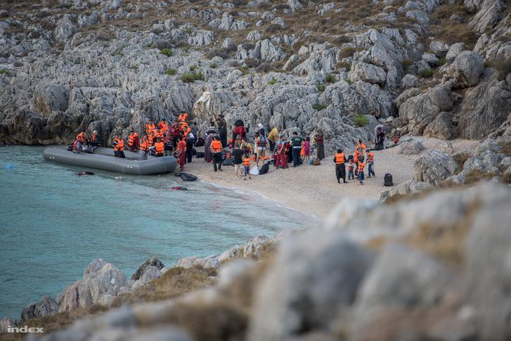Menekültek érnek partot a görögországiKiosz szigetén, 2015. szeptember 11-én.