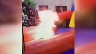 Durva videó: 2000 gyerek előtt égett össze a tűznyelő