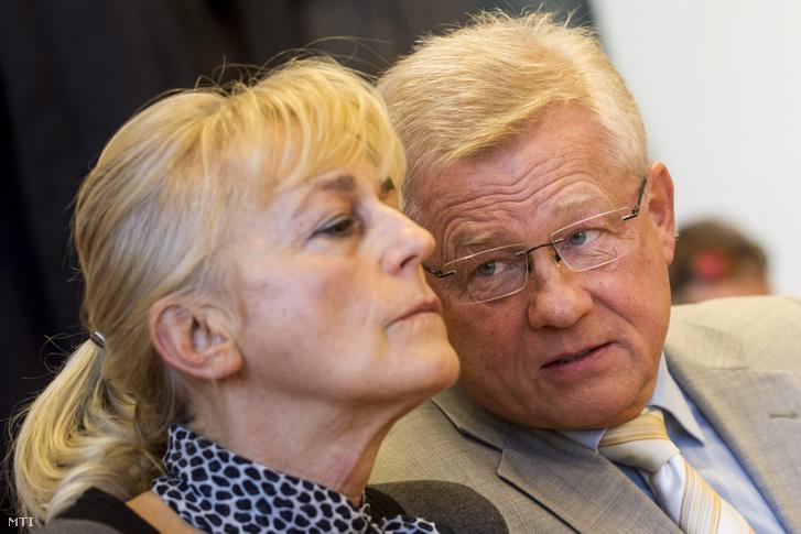 Dávid Ibolya, a Magyar Demokrata Fórum (MDF) volt elnöke és Herényi Károly, a párt volt elnökhelyettese, vádlottak az ellenük személyes adattal való visszaélés miatt, az úgynevezett UD Zrt.-ügyben indult büntetőper megismételt elsőfokú eljárásának tárgyalásán a Pesti Központi Kerületi Bíróság tárgyalótermében 2015. március 17-én.