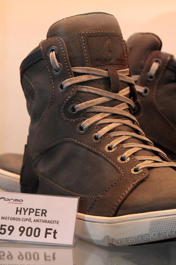 Divatos, sportos cipő is lehetne, de az árából lehet sejteni, többet tud, mint egy szimpla magas szárú
