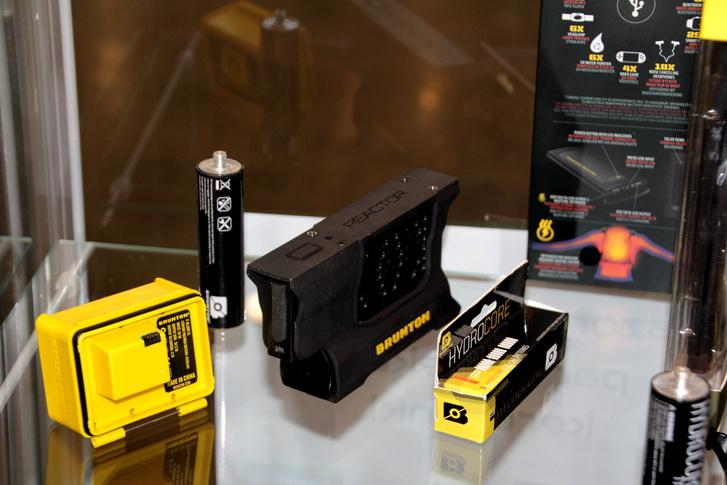 A sárga doboz egy GoPro kiegészítő akku, a fekete a hidrogén reaktor. Mellette a kis tartályban a hidrogén