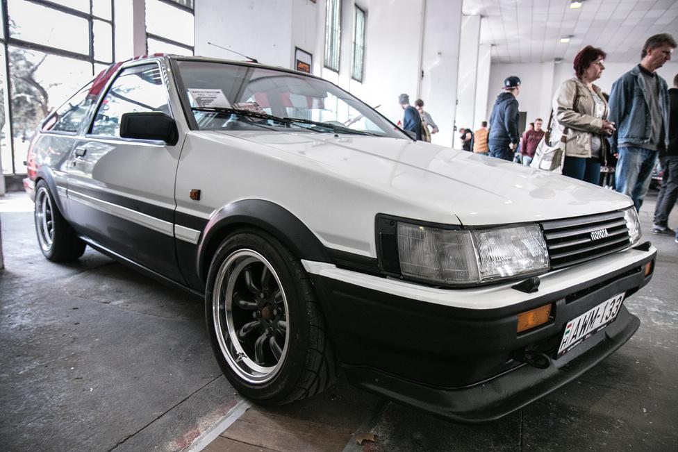 A Toyota Corolla AE86, azaz Hacsiroku tíz-tizenöt éve még talán ajándékba járt egy gombóc fagyi mellé. Mára akkora kultusz övezi, hogy csúnya milliókat kell értük fizetni. Ezt a Levint például 12000 euróra tartják. Az Initial D-ből ismert 'panda' fényezés akkor is jól áll neki, ha tudjuk, a rajzfilm hősének azonos fényű Hacsija egy bukólámpás Trueno volt.