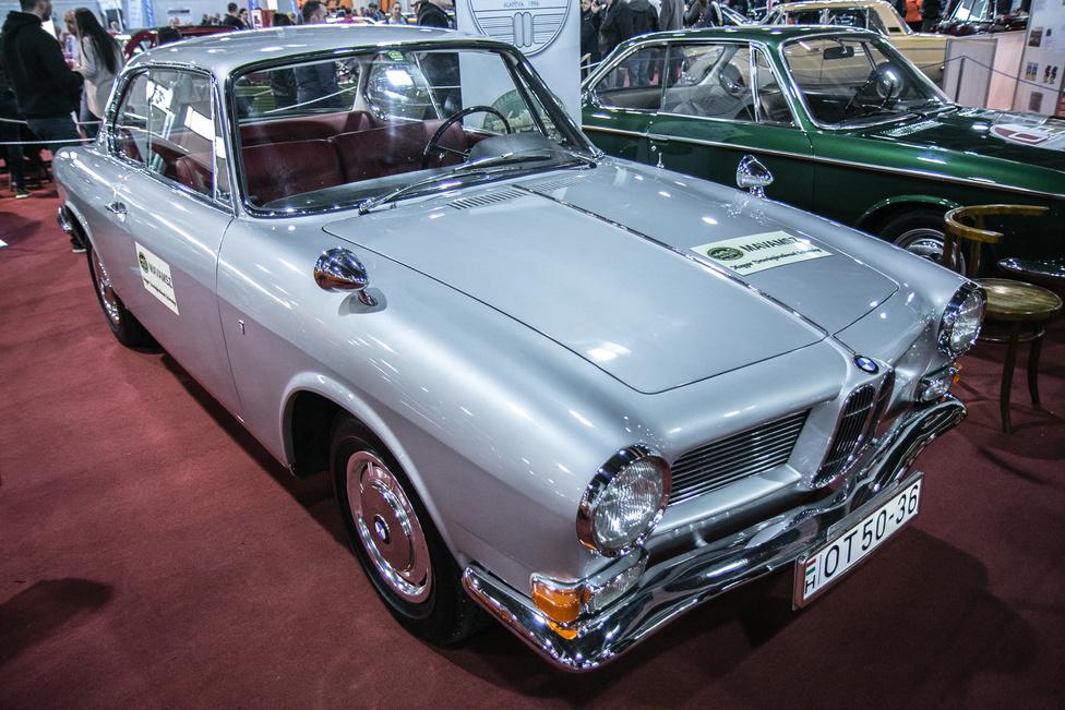 A veteránosoknak is érdemes kinézni. Ikarus, Jaguar XJ, MG Midget, meg persze Mercedes és Zsiguli, hogy csak néhányat említsünk. De ha valakinek a BMW nem az porban ülő E34-et jelenti, az imádni fogja például ezt az 1965-ös, Bertone-karosszériás BMW 3200 CS-t, egyikét az összesen készült 528 példánynak.