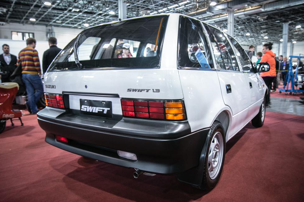 A hazai autózásnak mérföldköveiről is sok érdekeseggétet talál aki kilátogat. És hogy ezt miért egy Swifttel szemléltetjük? Mert ez az 1,3-as Suzuki volt a legelső darabja az újkori Magyarország T-modelljének.