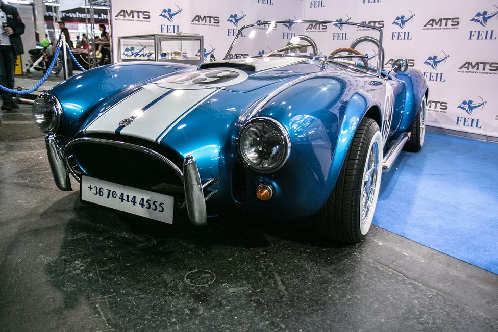 Egy brit sportkocsi, egy Ford V8 és pár éve elhunyt autóépítő legenda: a három hozzávaló az egyik legkívánatosabb autóhoz. Egy eredeti, korabeli Shelby Cobra már évtizedek óta megfizethetetlen, de megannyi cég épít replikát.