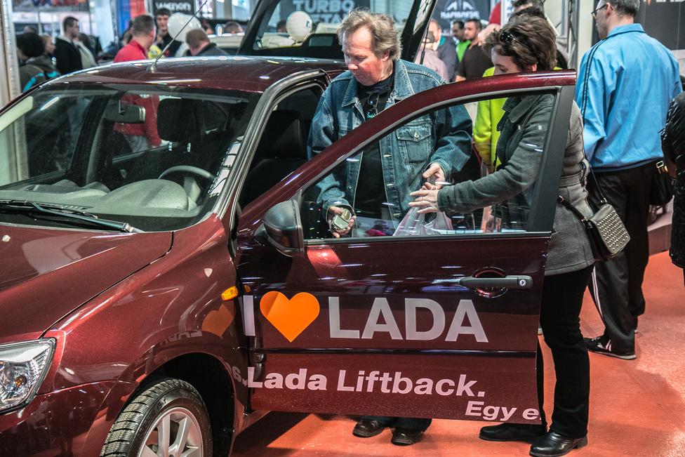 Hogy a Lada sikeres lesz, azt még nem tudni. Ahogy azt sem, ha igen, az az ára, vagy nosztalgia érdeme lesz-e. Ellenben be lehet ülni, hisz sok más, hivatalos importőr mellett a Lada is kint van az AMTS-en.