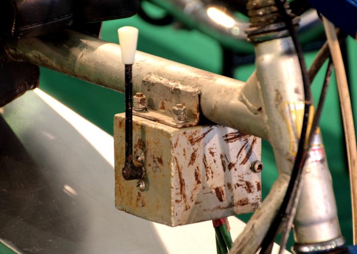 Ócska kerékpár váznyak egy súlyos robogón. És az a kapcsolókar, meg a doboza...