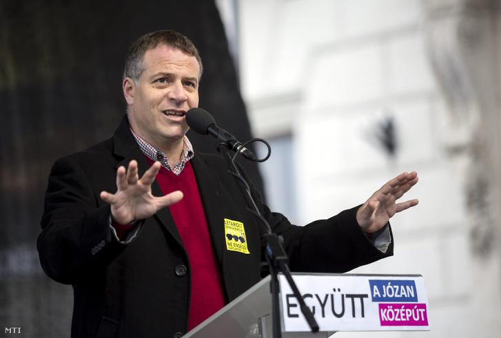 Juhász Péter az Együtt - a Korszakváltók Pártja alelnöke beszédet mond a párt demonstrációján az I. kerületi Lánchíd utcában 2016. február 28-án.