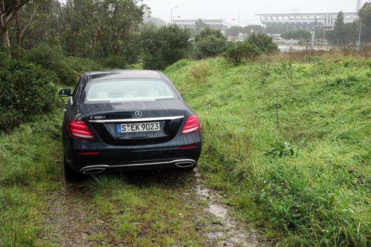 Börtön melletti földút, soselátott sötét Mercedes a susnyában, távolban Estoril. Biztosan egyáltalán nem voltunk gyanúsak senkinek