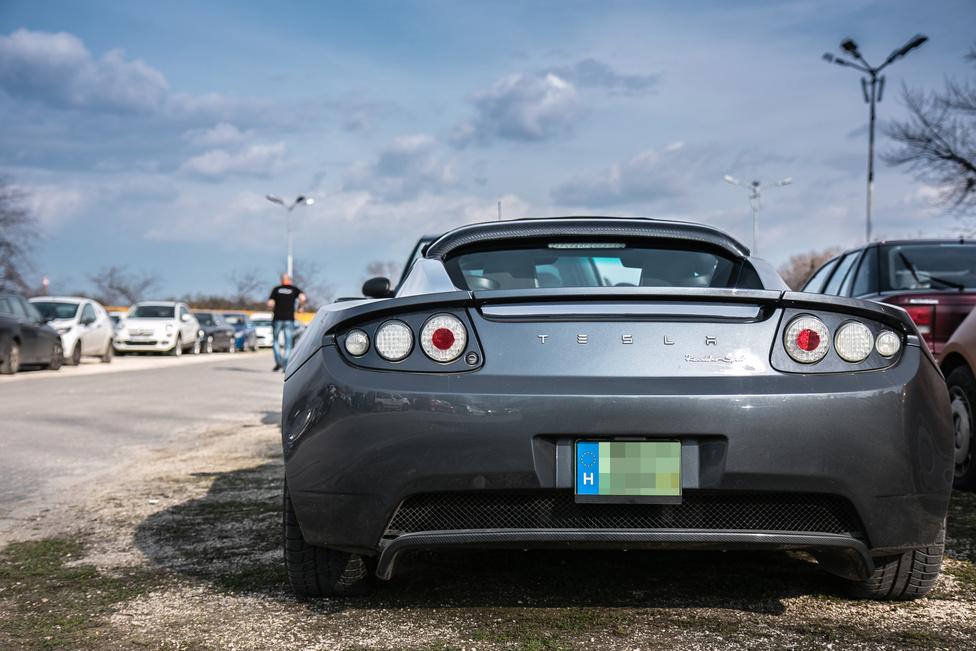 Elon Musk korai szárnypróbálgatásai közé tartozik az elemes Lotus, azaz a Tesla Roadster. Bár sok volt a kétkedő, és persze most sem kevés, de az idő őt igazolta. Azon pedig ne csússzunk el, hogy a néha ki-ki gyulladó Model S-ek lángjának fényénél mennyi profitot látni.