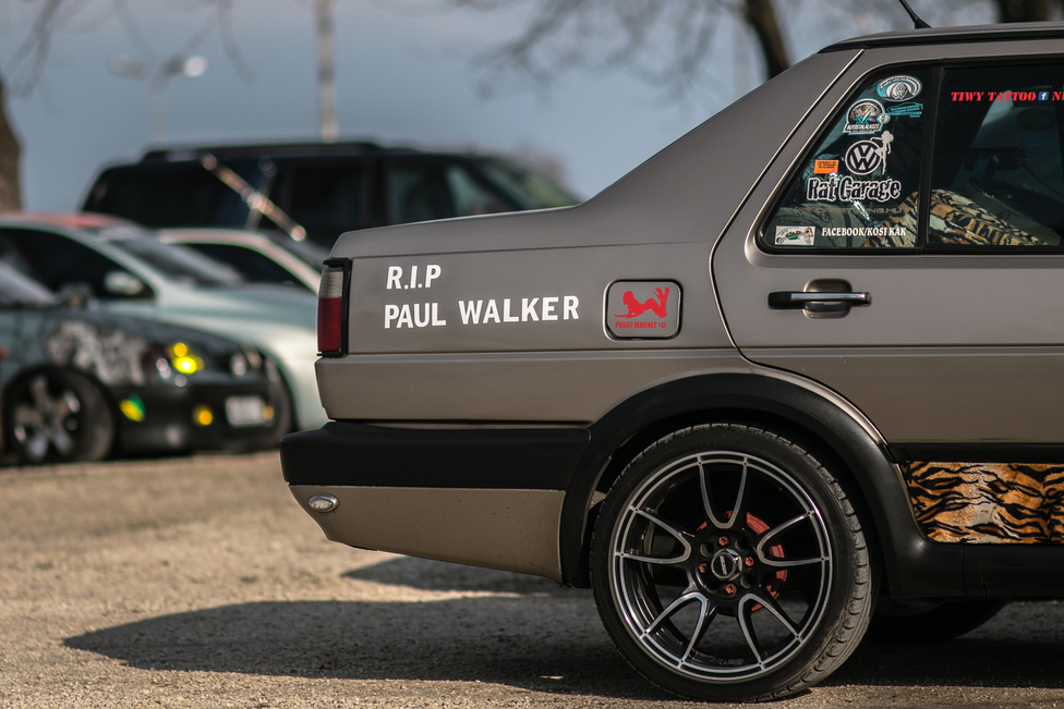 Nincs tuningtalálkozó Paul Walker-felirat nélkül. Atós körökben minimum megosztó a fizikát finoman szólva is liberálisan kezelő franchise, de az vitathatatlan, hogy akad egy generáció, akinek a Halálos Iramban annyira meghatározó, mint másoknak McQueen Le Mans-ja.