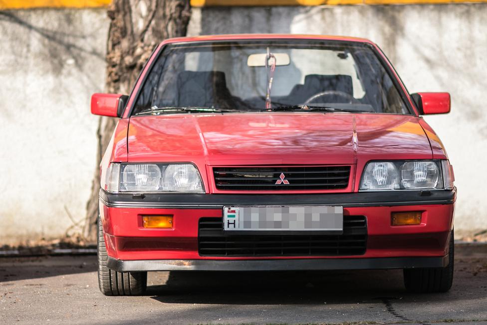 A Mitsubishi Sappororól sikerült ezt-azt megtudni. 1987-es, 2,4-es szívó volt gyárilag. Azért csak volt, mert most már egy JDM 4g63t 'SIRIUS DASH' turbómotor van benne. Érdekesség a tizenkét szelepes SOHC-motornak, hogy 2400-as fordulatig csak az egyik szívószelep dolgozott.