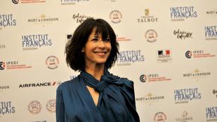 Sophie Marceau nem vitt melltartót Jakartába