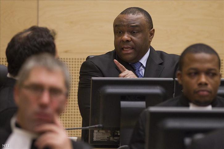 Jean-Pierre Bemba, a Kongói Demokratikus Köztársaság volt alelnöke az ügyvédeivel beszél a hágai Nemzetközi Büntetőbíróság tárgyalótermében pere tárgyalásának kezdetén, 2010. november 22-én