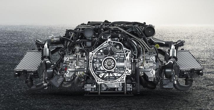 Egy Porsche minden zugában van már hűtő, a boxermotor hengerfejei mellé rögzítették az intercoolereket. A kézi váltóhoz kéttárcsás kuplung jár