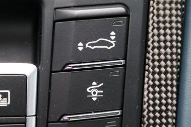 Fentről lefelé: szárny/szplitterkiemelő gomb, hogy a tulaj is lássa, miért fizetett; orr-megemelő gomb; stop-start rendszer kikapcsolója