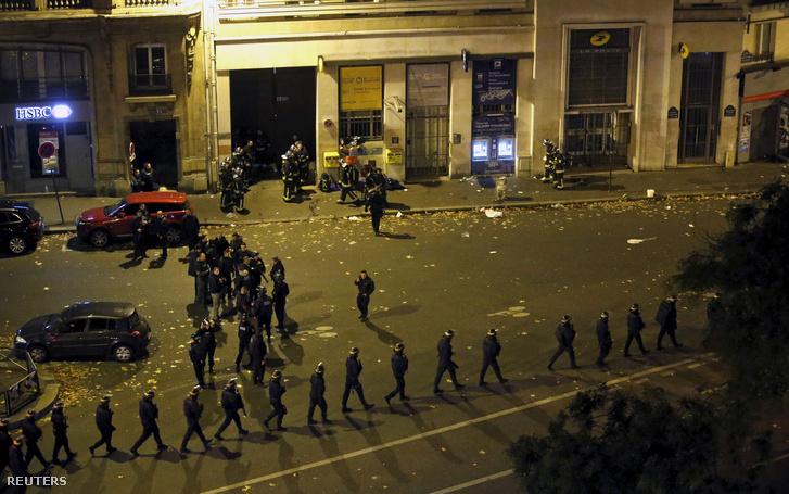 Rendőri készültség a Bataclan koncertterem környékén a lövöldözés után, 2015. november 14-én.