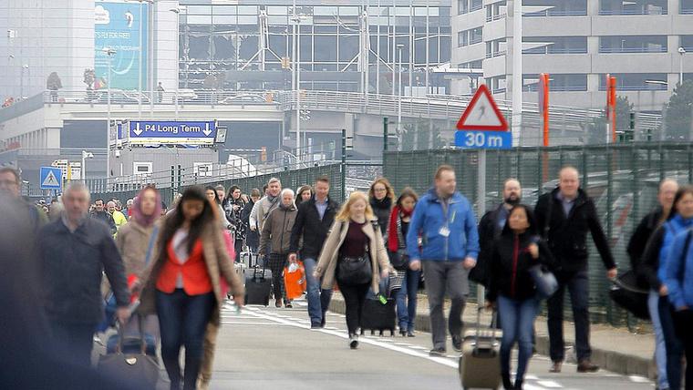 Március 22-én reggel kettős robbantás rázta meg a brüsszeli Zaventem repülőteret. Az épületet evakuálták, a légiforgalmat elterelik.