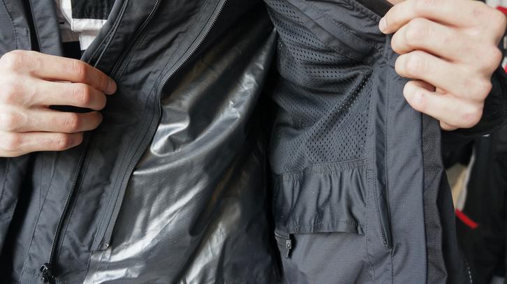 Egy esőmembrán. A legdrágább dzsekiknek már a külső anyaguk is vízálló