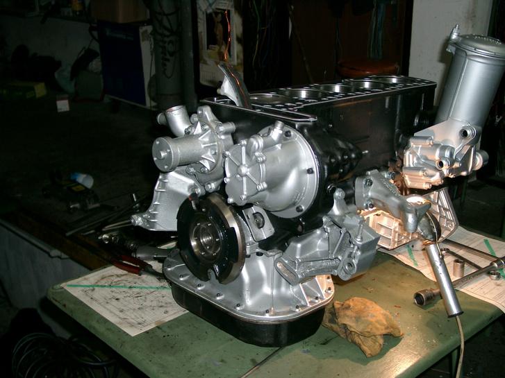 Gábor első motorja az amerikai W126-os 300 SD volt. Jogsija még nem volt, de mire meglett, az autó is ekészült