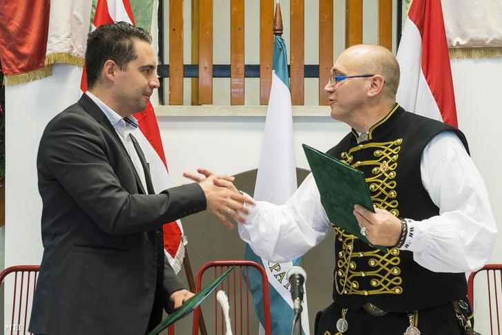 Vona Gábor a Jobbik elnöke (b) és Orosz Mihály Zoltán Érpatak polgármestere kezet fog az együttmûködési megállapodás aláírása után Érpatakon az általános iskola aulájában 2013. november 29-én. A szabolcsi településen a Jobbik Magyarországért Mozgalom és az Érpataki Modell Országos Hálózata közötti együttmûködési megállapodás ünnepélyes aláírása alkalmából szerveztek stratégiaismertetõ rendezvényt és sajtótájékoztatót.