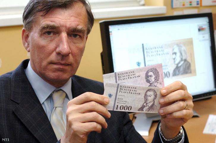 2009. november 5. Perkovátz Tamás közgazdász, a HA-MI Európai Szövetkezet igazgatótanácsának elnöke, a kékfrank utalvány megálmodója két példányt tart a kezében a tervezett soproni fizetőeszközből.